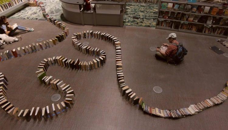 El record mundial por la cadena dominó de libros más larga (video)