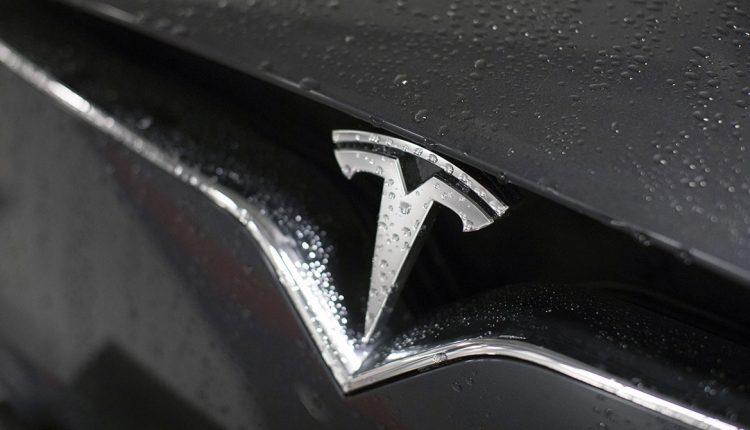 tesla-logo-closeup-rain_1
