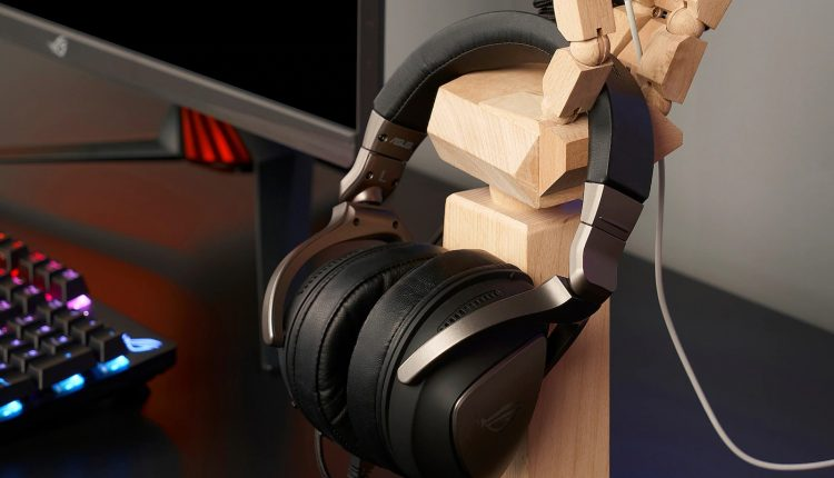 gaming_hand_with_headphones